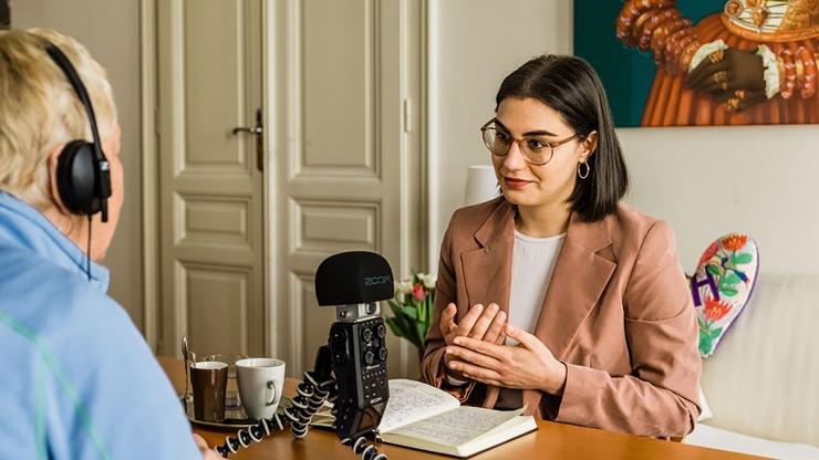 FrauenFunk S.2, E#6: Brigitte Handlos im Gespräch mit Nadja Riahi, Journalistin / F: Helmut Spudich