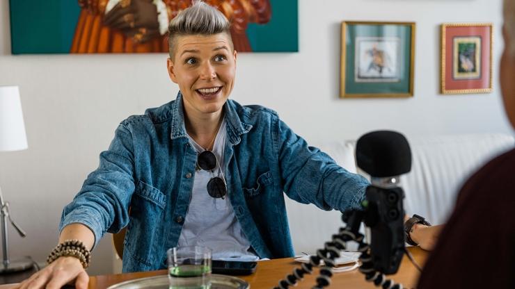 FrauenFunk S.2, Episode #20: Brigitte Handlos im Gespräch mit Virginia Ernst, Singer-Songwriterin / F: Helmut Spudich